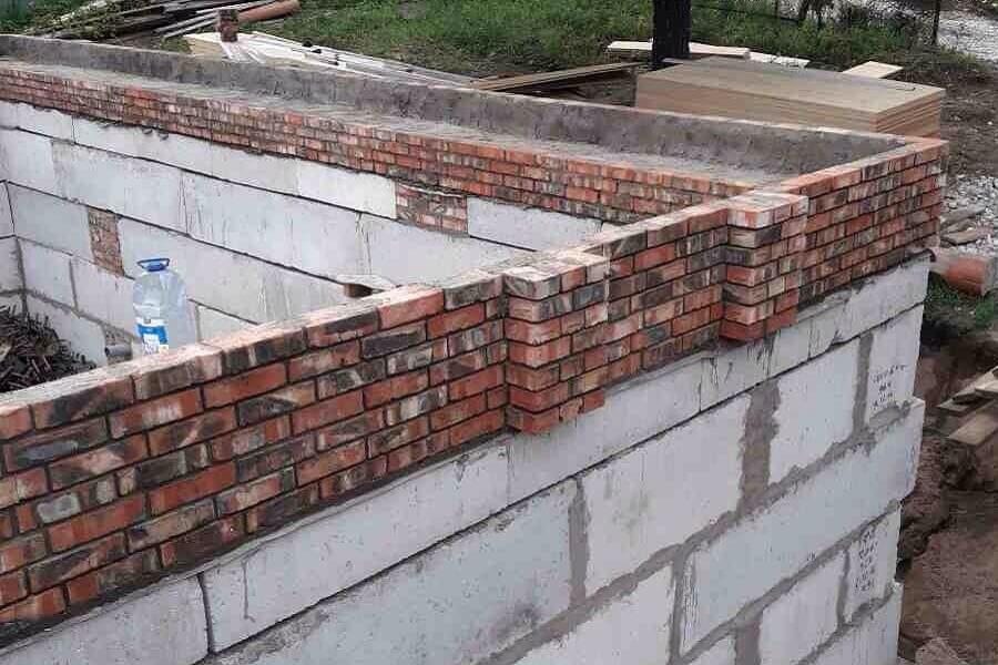 Цокольный кирпич при строительстве дома из кирпича