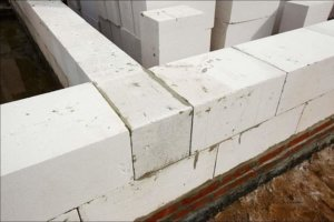 кладка стен при строительстве домов из газобетонных блоков
